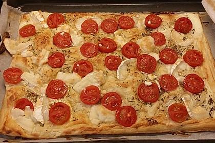Blätterteigpizza mit Ziegenkäse, Honig und Kirschtomaten 19