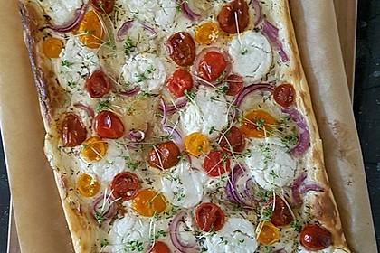 Blätterteigpizza mit Ziegenkäse, Honig und Kirschtomaten 14
