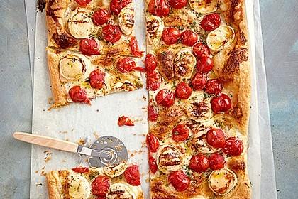 Blätterteigpizza mit Ziegenkäse, Honig und Kirschtomaten 2
