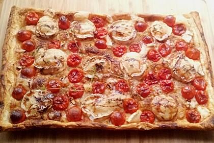Blätterteigpizza mit Ziegenkäse, Honig und Kirschtomaten 15