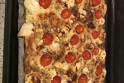 Blätterteigpizza mit Ziegenkäse, Honig und Kirschtomaten 22