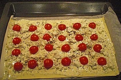 Blätterteigpizza mit Ziegenkäse, Honig und Kirschtomaten 20
