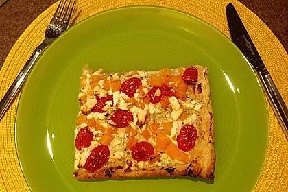 Blätterteigpizza mit Ziegenkäse, Honig und Kirschtomaten 16