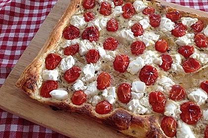 Blätterteigpizza mit Ziegenkäse, Honig und Kirschtomaten 3