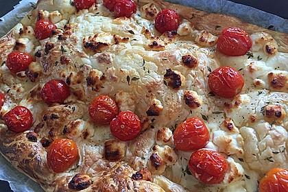 Blätterteigpizza mit Ziegenkäse, Honig und Kirschtomaten 4
