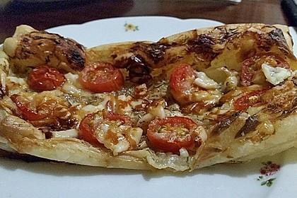Blätterteigpizza mit Ziegenkäse, Honig und Kirschtomaten 21