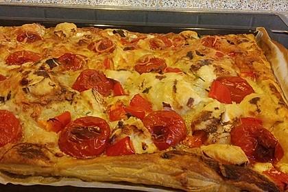 Blätterteigpizza mit Ziegenkäse, Honig und Kirschtomaten 18