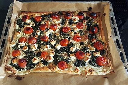 Blätterteigpizza mit Ziegenkäse, Honig und Kirschtomaten 12
