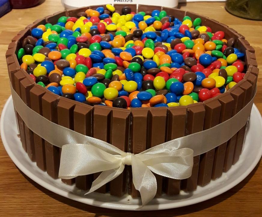Bunter Kit Kat Geburtstagskuchen Mit Frischkasecreme Von Vaneysel