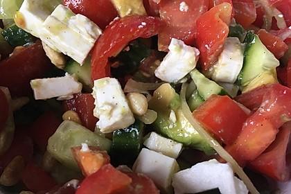 Avocadosalat mit Feta und Pinienkernen (Bild)