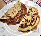 Vegetarische Kräuterpfannkuchen mit Tomaten-Pilz-Füllung (Bild)