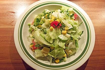 Gemischter Salat mit Apfel und Himbeeressig