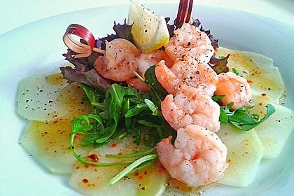 Kohlrabi Carpaccio mit Gambas und Passionsfrucht-Sauce