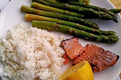 Lachs mit Grüner-Tee-Kruste, Kokos-Zitronen-Reis und Fischchips (Bild)