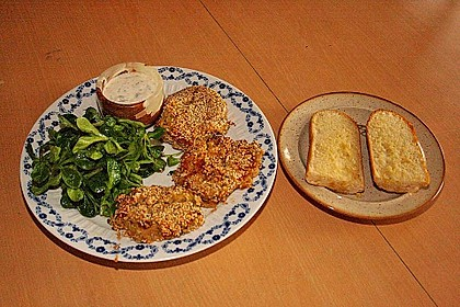 Linsenbratlinge mit grünem Salat und Joghurtdip