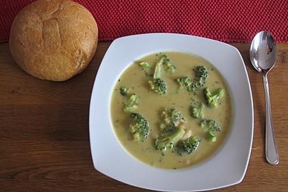 Brokkolisuppe mit weißen Bohnen