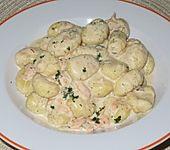 Gnocchi mit Räucherlachs und Dillsoße (Bild)