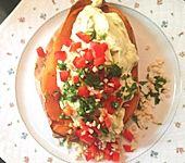 Gebackene Süßkartoffeln mit Avocado-Paprika-Creme (Bild)