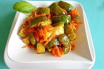 Salat aus gebratener Gurke mit Möhren