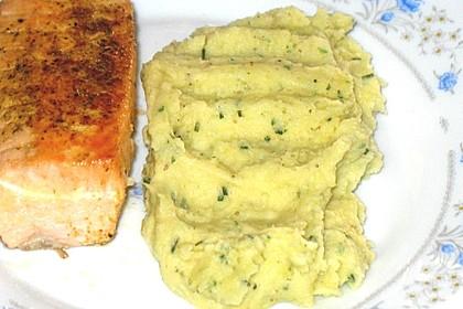 Grünes Kartoffelpüree mit Kräuterbutter (Bild)
