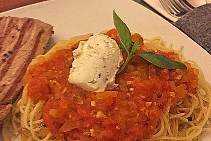 Knoblauchspaghetti mit Robiola und Basilikumtomaten