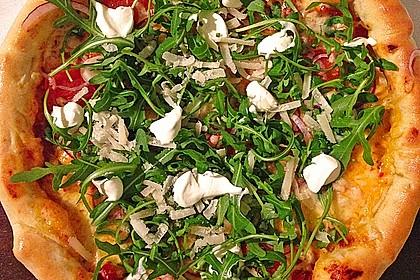 Pizza Rucola oder Pizza Barbecue mit Käserand