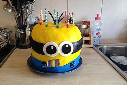 Minion-Torte mit Schokofüllung 4