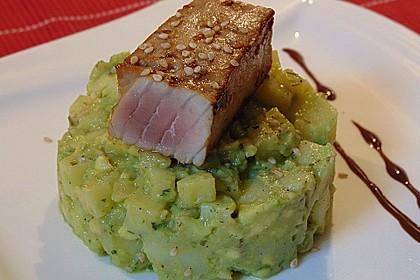 Thunfisch auf Avocado-Kartoffelsalat