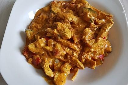 Low-carb Hähnchenbrust mit Zucchini und Tomaten in cremiger Frischkäsesauce (Bild)