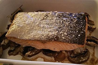 Gebackenes Lachsfilet auf Champignons mit knuspriger Haut