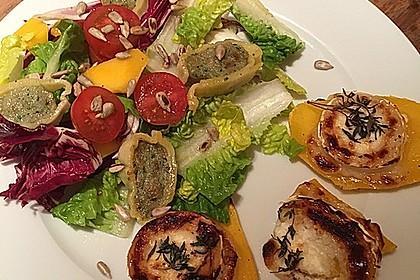 Grüner Salat mit gebackenem Mango-Ziegenkäse und Maultaschen