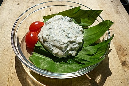 Schafsmilchjoghurt-Dip mit geräuchertem Knoblauch