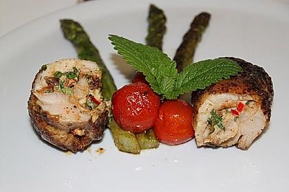 Pollo Fino, entbeinte Hänchenkeulen, gefüllt mit frischen Kräutern und Frischkäse (Bild)