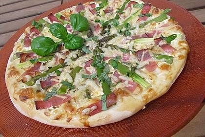 Pizza mit grünem Spargel und Schwarzwälder Schinken