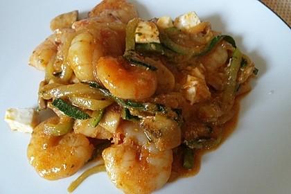 Zucchinispaghetti mit Joghurt-Tomatensoße, Garnelen und Schafkäse 1