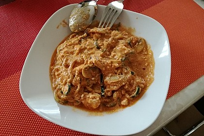 Zucchinispaghetti mit Joghurt-Tomatensoße, Garnelen und Schafkäse 3