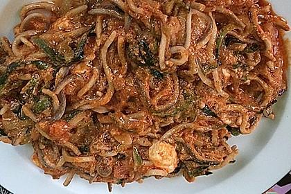 Zucchinispaghetti mit Joghurt-Tomatensoße, Garnelen und Schafkäse