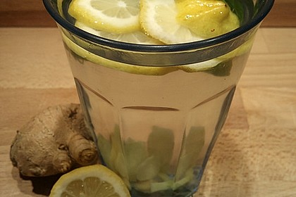 Frischer Tee mit Ingwer, Zitrone und Minze
