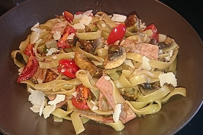 Bandnudeln mit braunen Champignons und Tomaten-Vinaigrette