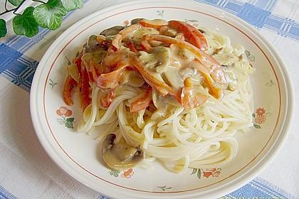 Nudeln mit Paprika-Pilz-Sauce