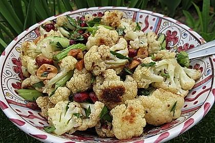 Salat mit geröstetem Blumenkohl und Haselnüssen (Bild)
