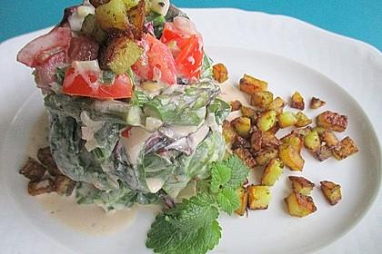 Bunter Spargel-Blatt-Tomaten-Salat mit Kartoffel-Croûtons