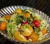 Fruchtiger Tomatensalat mit Zwiebeln (Bild)