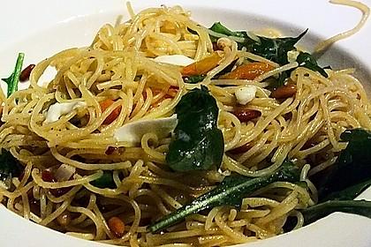 Spaghetti mit Rucola und Pinienkernen 7