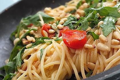 Spaghetti mit Rucola und Pinienkernen