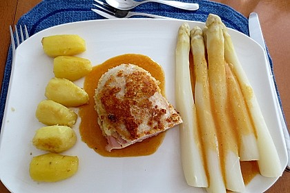 Cordon bleu von der Maispoulardenbrust in Panko mit Sauce Hollandaise, Spargel und tournierten Kartoffeln
