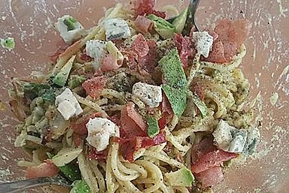 Deftiger Nudelsalat mit Avocado, Schinken und Gorgonzola