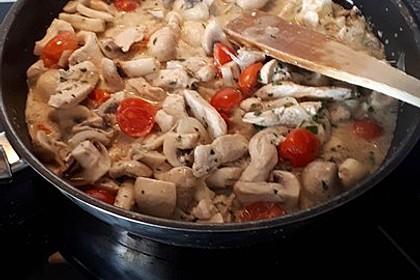 Low Carb: Kräuter-Tomatenpfanne mit saftigem Geflügelfleisch (Bild)