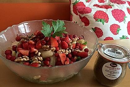 Erdbeer-Spargel-Salat auf Rucola mit gerösteten Walnüssen