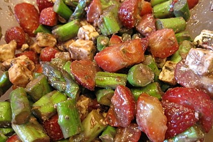 Erdbeer-Spargel-Salat auf Rucola mit gerösteten Walnüssen 1